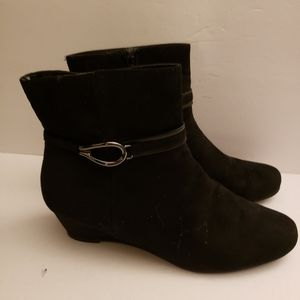 Impo ankle bootie suede 10M black leather wedge